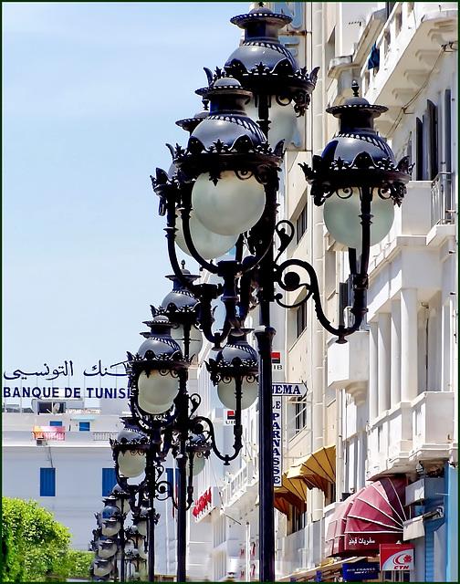 Tunisi : Il centro città nei pressi della Medina e i lampioni con gli occhi !