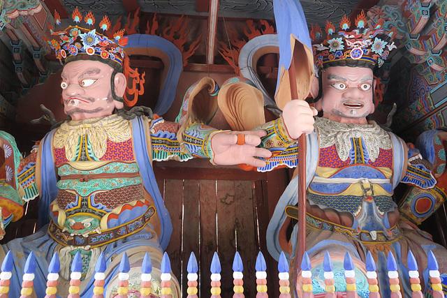 Deux des quatre gardiens célestes du Temple Hwaeomsa, près de Gwangju (Corée du Sud)