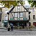 Le Pub saint sauveur vu de la place Saint sauveur à Dinan