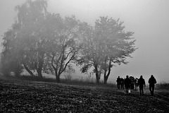 Wanderer im Herbstnebel - Hikers in autumn fog