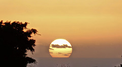 La Ravine-des-Cabris (974) Ile de la Réunion. 8 avril 2020. Coucher de soleil (18 heures) sur l'Océan Indien.