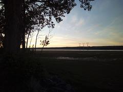 Low tide electric pylons rising / Un lever électrique à marée basse