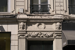 Fronton rectangulaire au-dessus d'une porte, Rue du Président Edouard Herriot (Lyon, France)