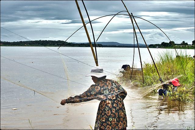 Partie de pêche sur les rives du Mékong