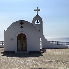 belle petite oeuvre architecturale qui domine la mer...