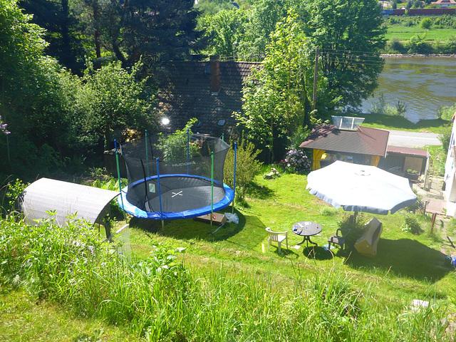 Garten mit Trampolin - ĝardeno kun trampolino