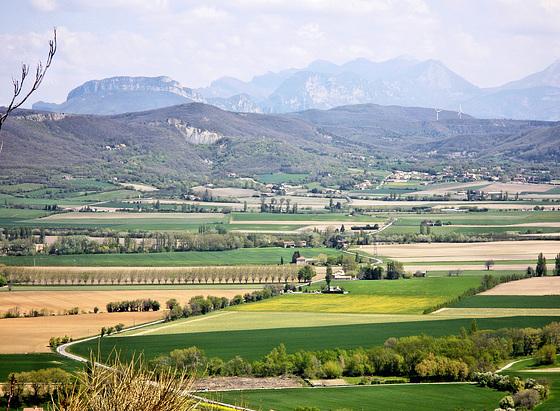 Marsanne (26) 24 avril 2013. La campagne de la Drôme provençale et les Préalpes.
