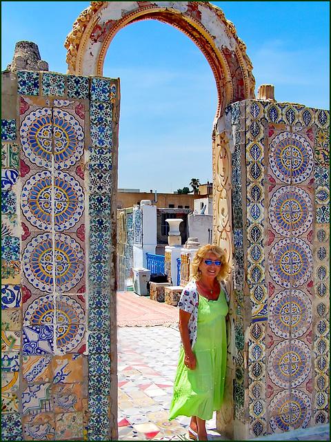 Tunisi : Sui tetti della Medina migliaia di piastrelle artistiche con i grafismi  tipici della produzione tunisina