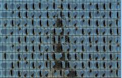 Turm von St. Nikolai -gespiegelt in der Fassade der Elbphilharmonie