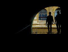 Zwei Männer am Ende des Durchganges