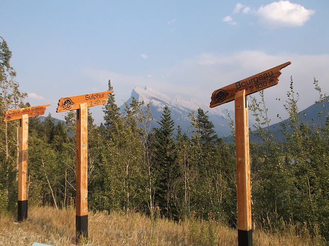 Vers les hauteurs / Summit height signs