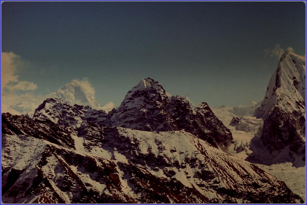 Le Makalu (8463m) au fond à gauche