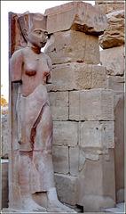 LUXOR : Una antica scultura tra le rovine di Tebe, la prima capitale dell'Egitto