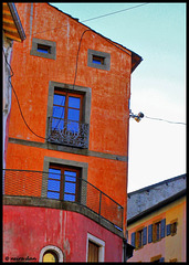 Maison orange , fenêtres sur ciel