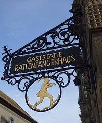 Ausleger der Gaststätte im Rattenfängerhaus*