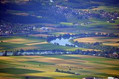 Sicht auf das untere Seeland bei der Aarenschleife von Altreu unten im Bild, im Hintergrund links die Ortschft Leuzigen, und rechts Arch