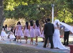 Parade de mariage en talons hauts.
