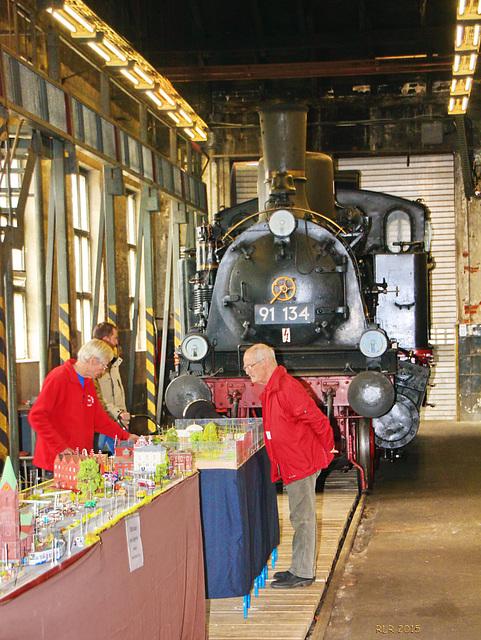 Schwerin, Eisenbahnmuseum. Kleine Straßenbahn trifft große Eisenbahn
