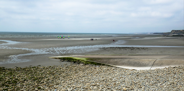 Sur la plage à marée basse