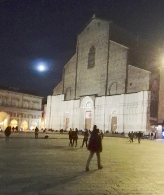 Bologna..notturna..e la luna velata