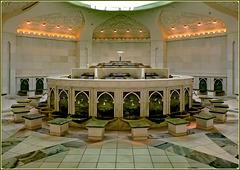 AbuDhabi : sotto il grande piazzale della moskea sono stati realizzati con cura ed eleganza i servizi igienici - questa è la sala dove si svolge il rito del lavaggio dei piedi