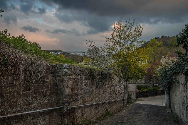 Im Hintergrund die neue Lahnbrücke