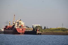 Frachter  in Warteposition für's Dock