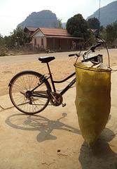 Vélo Dunlop et poubelle suspendue