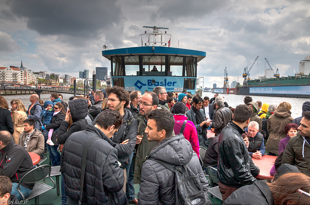 Hamburg - Jam Packed Harbor Ferry - Sehr volle Hafenfähre (75°)
