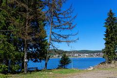 Blick über den See zur Ortschaft Schluchsee (© Buelipix)