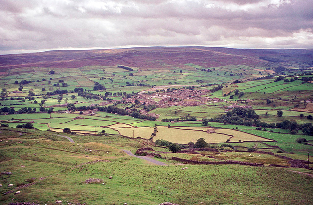 Looking over Reeth from near Cuckoo Hill. (Aug 1993, scan)