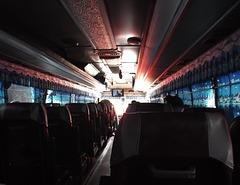 À rideaux fermés / Closed bus curtains