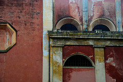 Wand mit Bogenfenstern