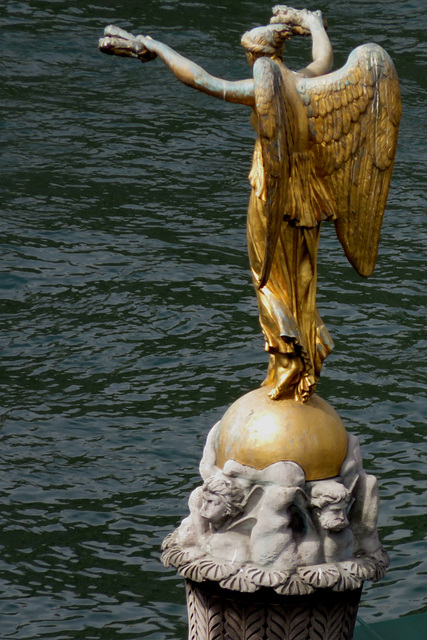 Paris - Statue de la Place du Châtelet devant la Seine