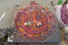 Représentation de l'empreinte des pieds du Bouddha, en bas de l'escalier qui monte au temple de Swayambhunath (Kathmandu, Népal)