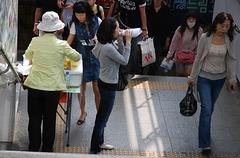 Metro-Station: Sandwich-Verkäufer - Selling sandwiches