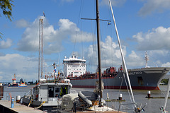 Tanker BALTICO bei der Einfahrt in die Schleuse Brunsbüttel aus dem Nord-Ostseekanal