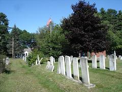 Oncle Sam veille sur ses morts ..... / Flag over churchyard.