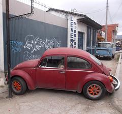 VW rouge et graffitis