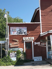 Un bar rustique à l'allure louche