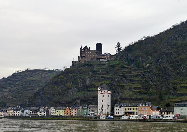 Am Rhein der Mäuse Turm und Oben die Burg Katz