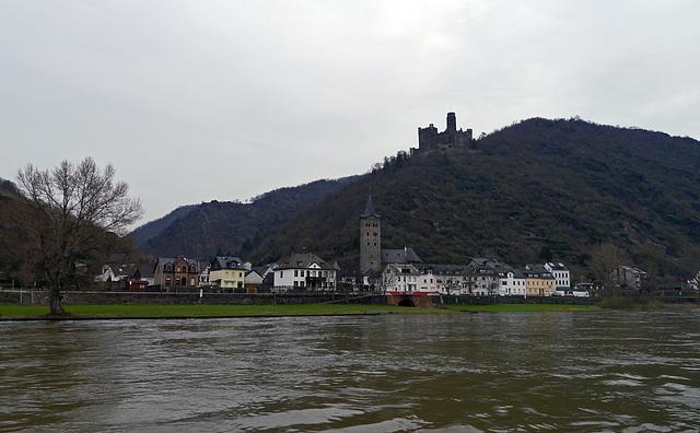Bacherach am Rhein mit Kirche St Peter im Vordergrund