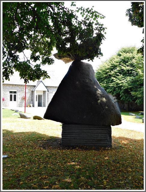 L'oiseau sacré:  sculpture au jardin du granit à Lanhélen en Bretagne.