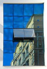 Alte Fassade im neuen Fenster