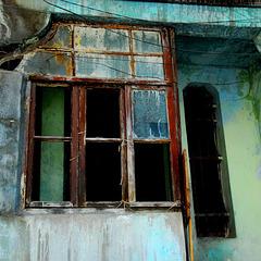 Altes Fenster mit grüner Wand
