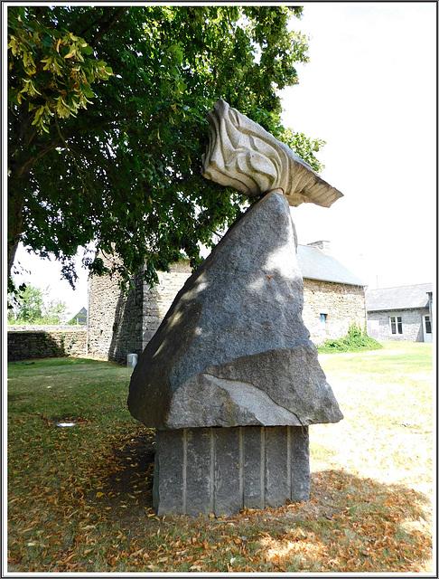 L'oiseau sacré : sculpture au jardin du granit à Lanhélen en Bretagne