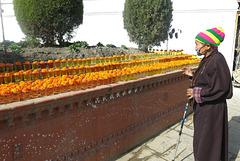 Offrandes de fleurs au pied du Grand Stupa (Boudhanath = Bodnath, Kathmandu, Népal)