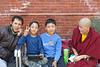 Au bord du bassin du Ghyoilisang Peace Park, Boudhanath = Bodnath, à côté de Kathmandu (Népal)