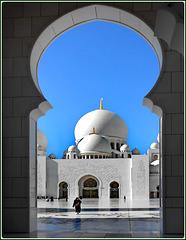 AbuDhabi : la grande moskea di Sheihk Zayed continua a stupirci per la sua moderna bellezza