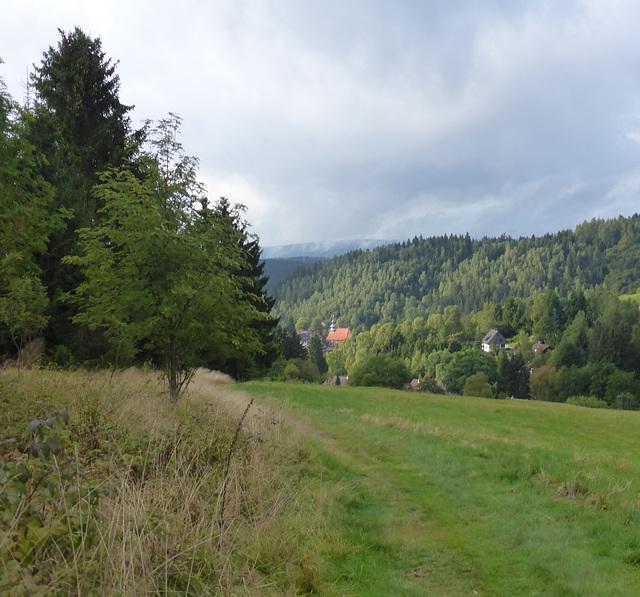 Wiesenweg hinab nach Altenau mit Blick auf  St. Nikolai Kirche